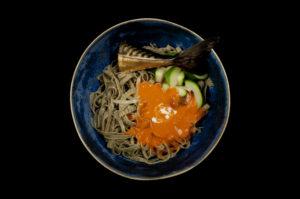 Green soybean fettucine, rode curry, courgette, gerookte makreel