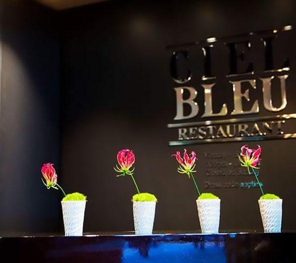 conische-vaasjes-receptie-ciel-bleu-okura-naar-ontwerp-van-bert-verwey_crop